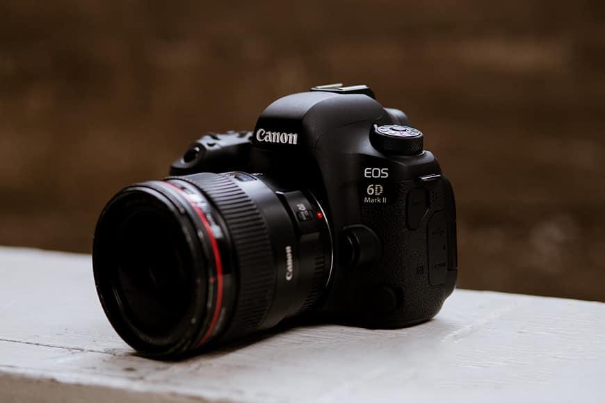 Cầm máy ảnh giá cao