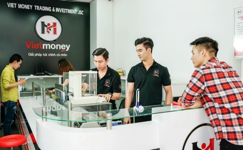 Hình ảnh phục vụ khách hàng tại Vietmoney