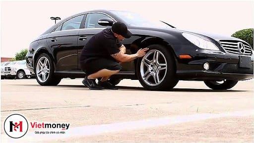 kiểm tra bánh xe ô tô cũ